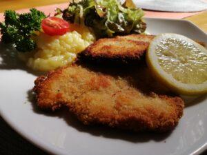 Paniertes Schnitzel mit Kartoffelsalat