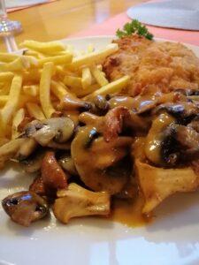 Paniertes Schnitzel mit Pommes und frischen Pfifferlingen